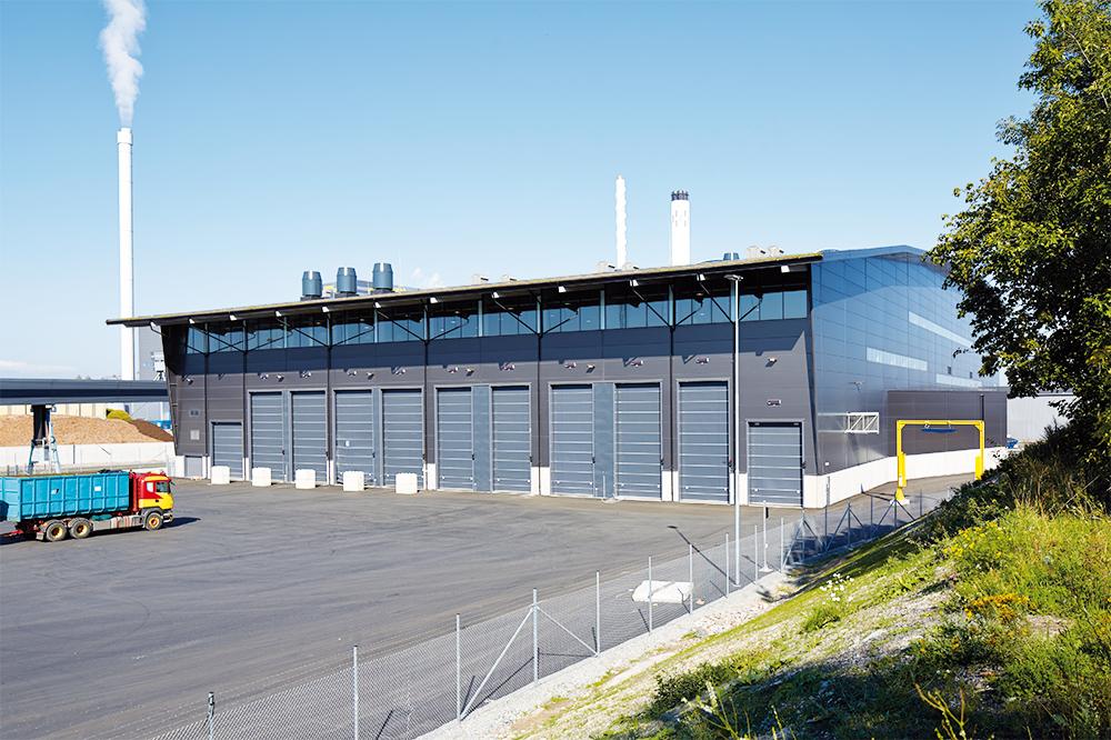 Avfallsbränsle tas emot i kraftvärmeanläggningen.
