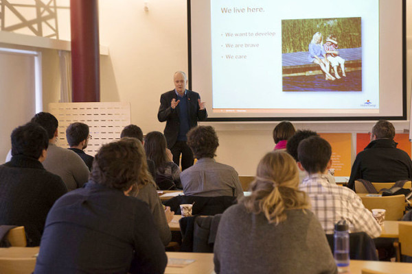 Jan Andhagen, affärsutvecklingschef på Mälarenergi träffar studenterna från Harvard University under deras studiebesök på Mälarenergi.