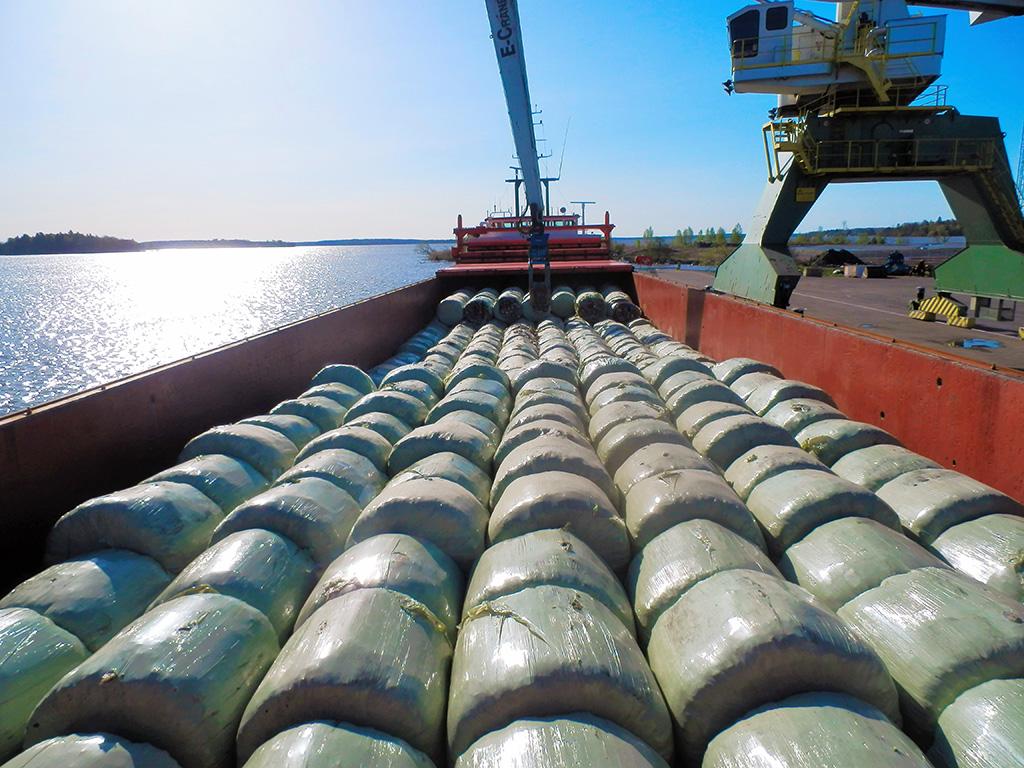 Båt med balar med avfallsbränsle i lasten