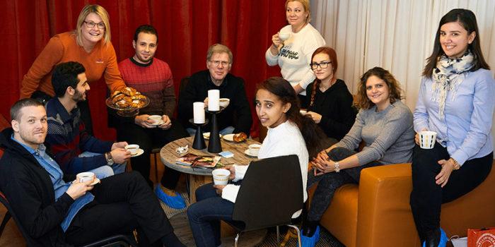Guider och besökare i boskolan Bo i Västerås fikar tillsammans.