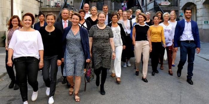 På den översta bilden syns deltagarna i årets omgång av Qraftsamling. Ett initiativ för att lyfta och inspirera kvinnliga chefer i energibranschen. Foto: Energiföretagen Sverige