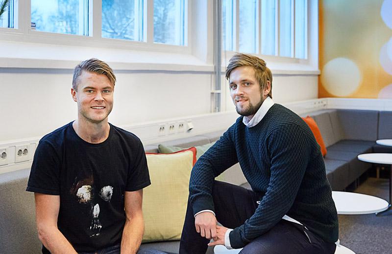 Henrik och Fredrik sitter i loungen.