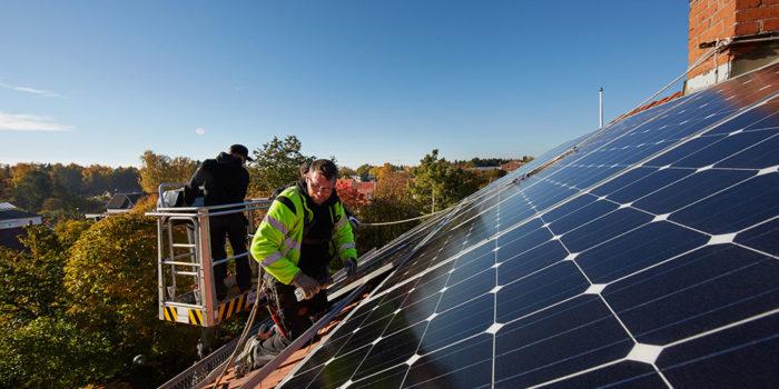 Intresset för solenergi ökar. Tekniken går framåt och kostnaderna sjunker. Mälarenergi erbjuder tre standardpaket och självklart kan du bli mikroproducent och sälja tillbaka överskotts elen.