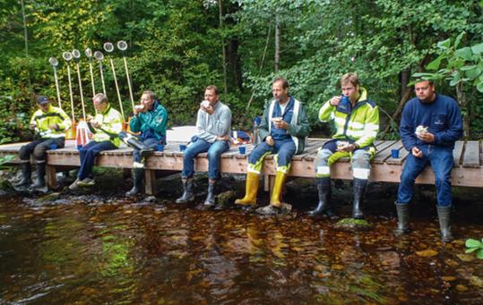 Mälarenergiare tar en paus under utbildningen i akvatisk ekologi.