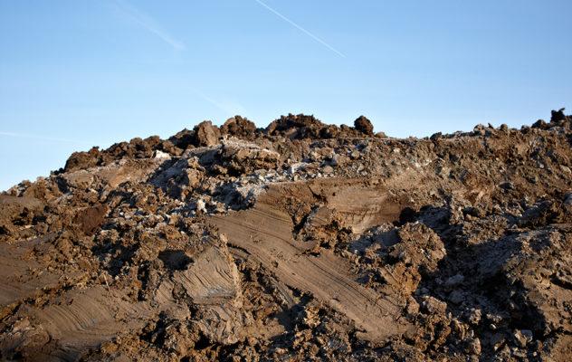 Alla uppgrävda jordmassor betraktas som avfall. Alla jordmassor som återanvänds ska anmälas till kommunens miljönämnd och först kontrolleras så att de inte innehåller några föroreningar. Jordmassor som är förorenade återanvänds inte. Rena massor som inte återanvänds blir ofta sluttäckningsmaterial på deponier